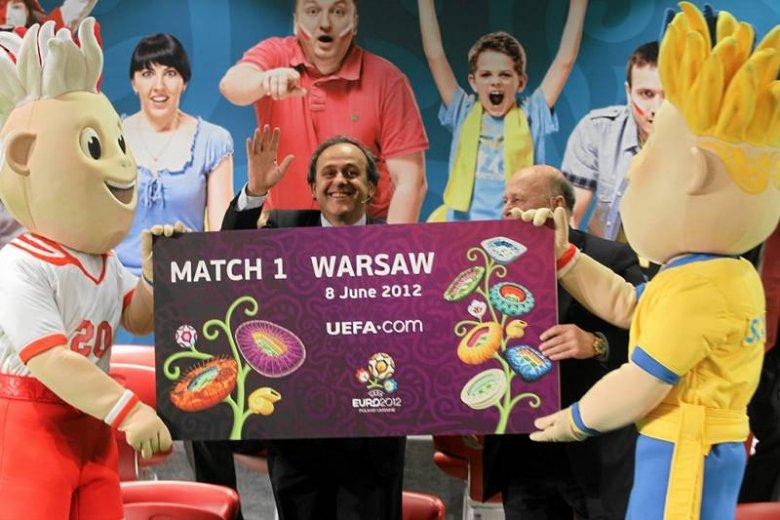 Uśmiechnięty Michel Platini, prezydent UEFA. Tym, których jego organizacja oszukuje, nie jest do śmiechu.