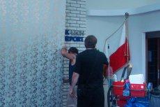 Moment zasłaniania tablicy z nazwiskiem Lecha Wałęsy. Były prezydent informuje, że operację tę przeprowadzono przed wizytą Lecha Kaczyńskiego na gdańskim lotnisku.