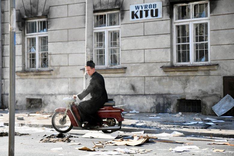 Plan zdjęciowy w Radomiu. Ks. Kotlarz do pracy w szpitalu dojeżdżał m. in. na motorowerze.