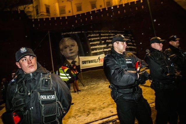 Pikieta w miesięcznicę pogrzebu pary prezydenckiej. Manifestujący czekają na przyjazd kolumny rządowej z Jarosławem Kaczyńskim