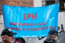 Manifestacja pod siedziba IPN domagąjacych sie pozostawienia przywilejów i wysokich emerytur dla byłych funkcjonariuszy mundurowych.