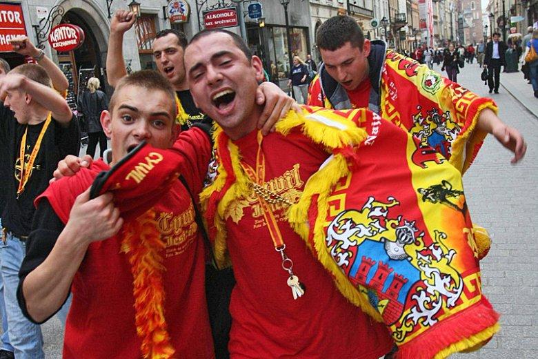 Rok 2009. Żołnierze z ostatniego poboru owinięci w tradycyjne chusty rezerwistów bawią się na ulicach Krakowa.