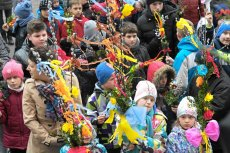 Ksiądz jednej z warszawskich parafii ostrzega, że palemki kupione od handlarzy przed bramą kościoła nie przyjmują wody święconej.