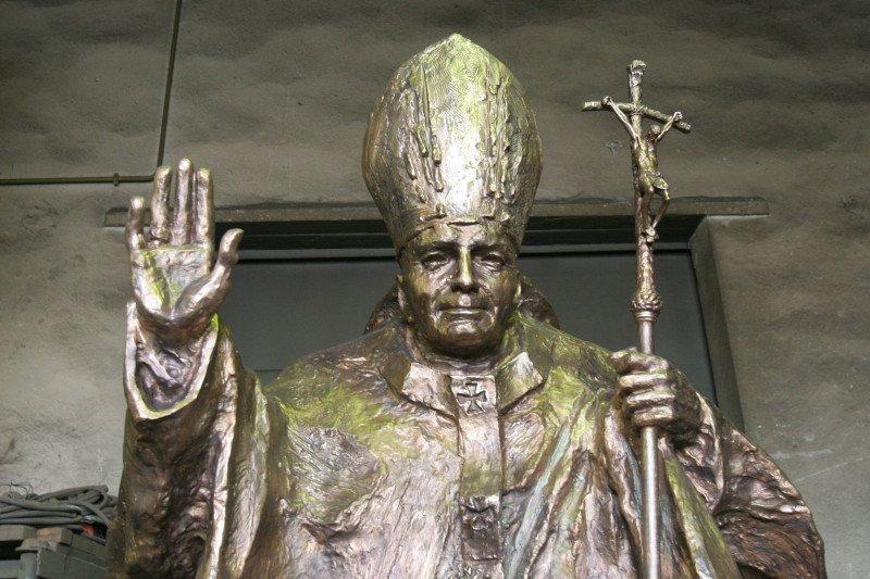 Pomniki Jana Pawła II w Polsce. Które są najbardziej dziwaczne. Nasze TOP10 | naTemat.pl
