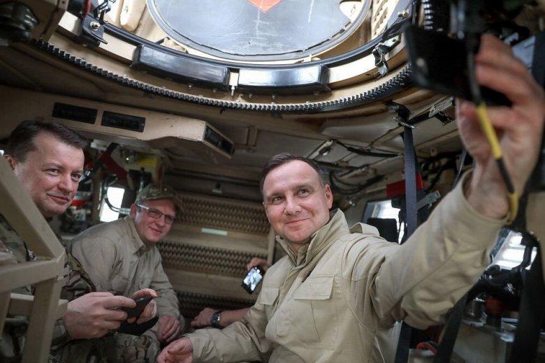 Andrzej Duda w Afganistanie pozował do selfie.