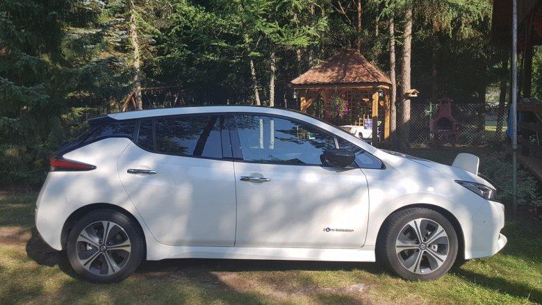 Nissan Leaf to kompakt, co oznacza, że auto nie jest duże i łatwo będzie nim zaparkować w mięście, ale w środku komfortowo może podróżować kilka osób.