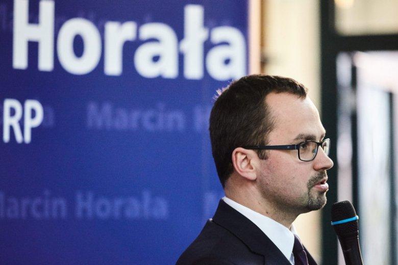 Marcin Horała w ogólnopolskiej polityce zaistniał zaledwie dwa lata temu. Od tego czasu kontrowersyjnymi wypowiedziami pilnie pracuje na to, by jego nazwisko było rozpoznawalne.
