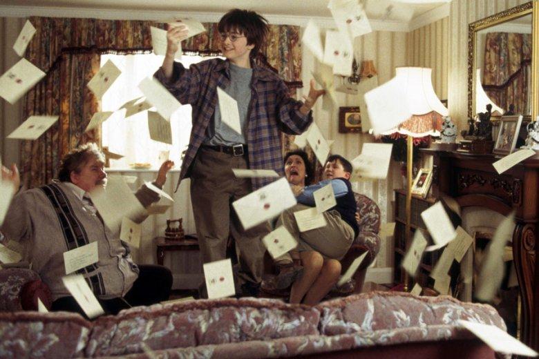 Wujkowie Pottera robili wszystko, by chłopiec nie odkrył swej tożsamości i nie został, tym kim zawsze chciał być. Jednak na czary nie ma mocnych! List ze szkoły magii i tak dotarł.