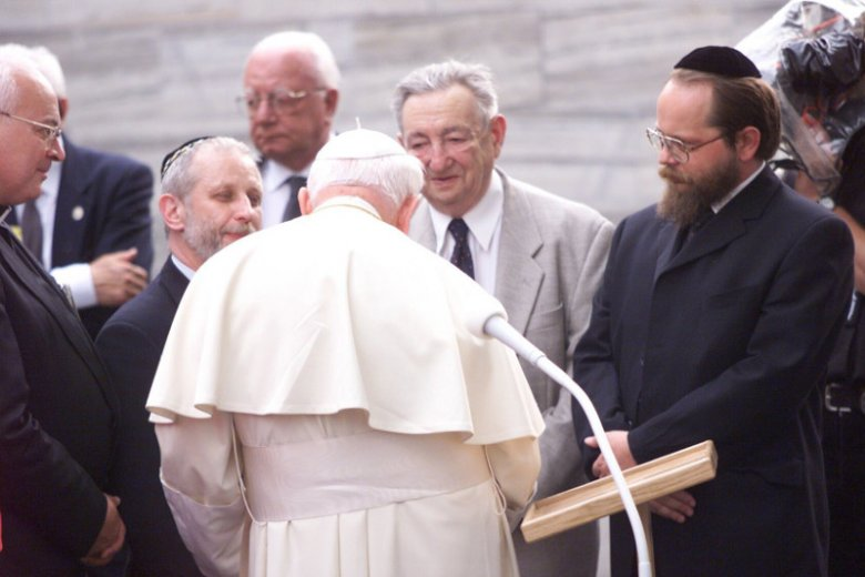 Jan Paweł II i Marek Edelman podczas modlitwy na Umschlagplatz w Warszawie w 1999 r. 1 stycznia 2019 r. mija setna rocznica urodzin Marka Edelmana.