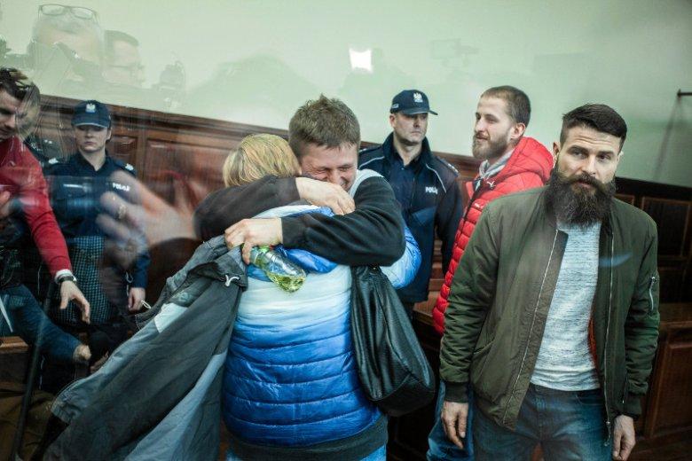 Radość we wrocławskim sądzie po ogłoszeniu decyzji o warunkowym zwolnieniu Tomasza Komendy.