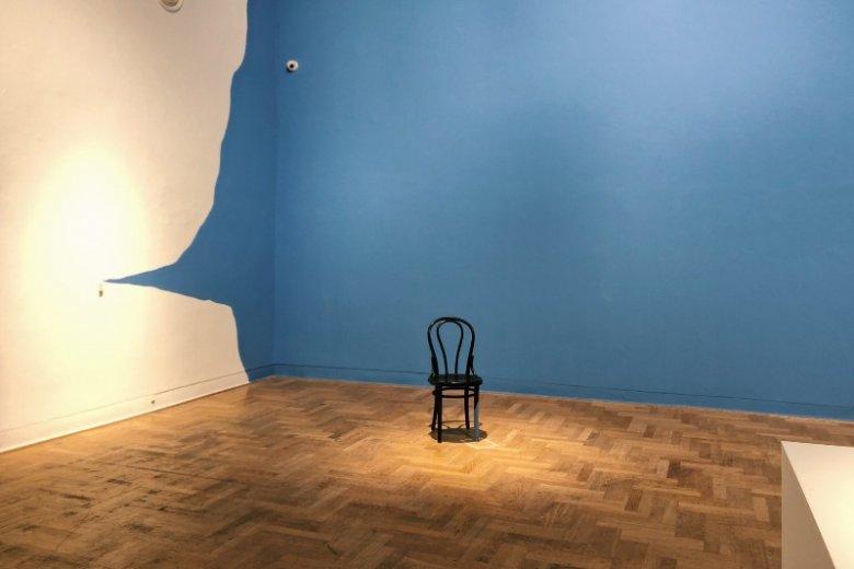 Niebieska ściana i krzesło. Tyle widzimy na początku, ale kiedy bliżej się przyjrzymy...
