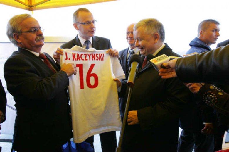 Leonard Krasulski (pierwszy z lewej) zostałwyrzucony z wojska za kradzież beczki spirytusu.