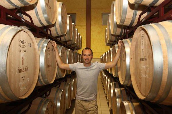 Andrés Iniesta w swojej winiarni.