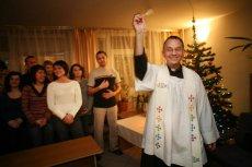 Parafia w Pabianicach zamieściła poradnik przyjmowania księdza po kolędzie (zdjęcie poglądowe).