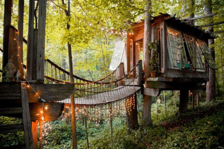 Domek na drzewie to dobry wybór na romantyczny wyjazd