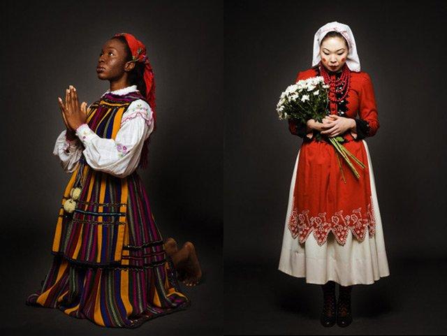 Nigeryjka Folake w stroju opoczyńskim i Koreanka Umi w kostiumie pochodzącego ze wschodniego Krakowa.