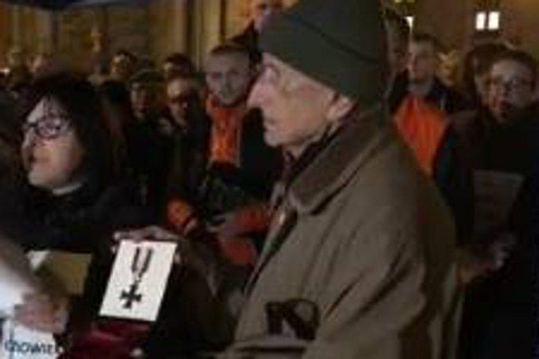 Pan Leszek Bojarski uhonorował pośmiertnie  Piotra Szczęsnego Krzyżem Walecznych spod Monte Cassino