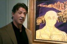 Sylvester Stallone obok jednego ze swoich obrazów