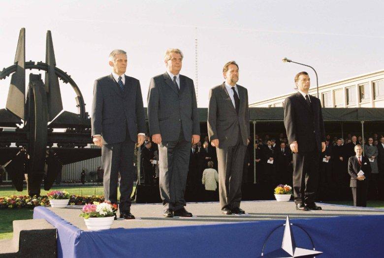 Jerzy Buzek podczas ceremonii podniesienia flag nowych członków NATO.