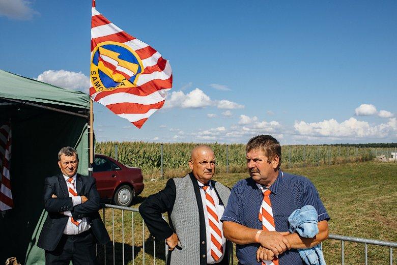 W Borkach-Kosach nie brakowało ludzi w charakterystycznych krawatach – symbolu Samoobrony.