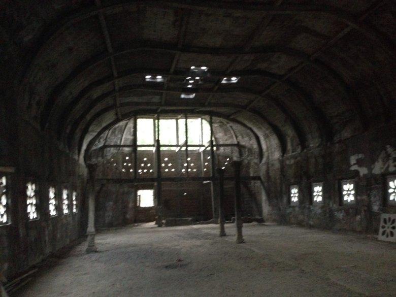 Puste  wnętrze opuszczonego Kościoła Gereja Aram. Indonezja.