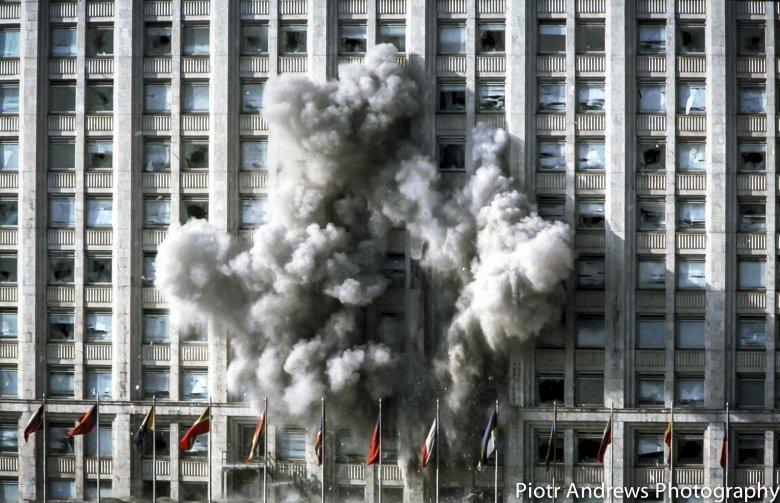 Pocisk czołgowy uderza w budynek Białego Domu w Moskwie.