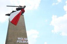 """Napis pod pomnikiem głosi: """"Wojna polska""""."""