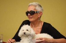 Kora i jej pies o imieniu Ramona
