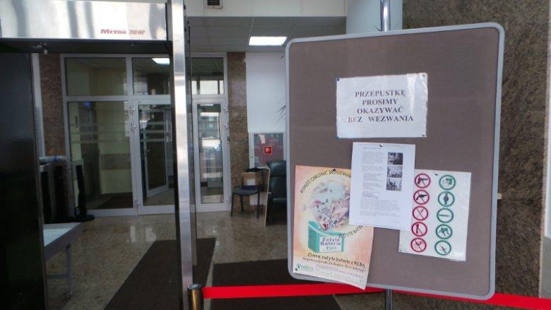 Tablica z informacją o Dudapomocy w Kancelarii Prezydenta na Wiejskiej