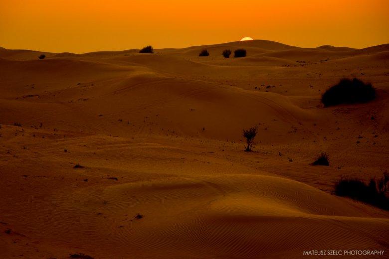 Zachód słońca na pustyni w okolicach Abu Zabi