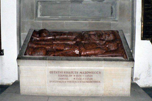 ac26c31b98a71 Tego się badacze pewnie nie spodziewali po panach, którzy leżą w tym  grobie. • Fot. Krzysztof Dudzik/CC BY-SA 3.0/Wikimedia Commons Piotr Rodzik  17 kwietnia ...